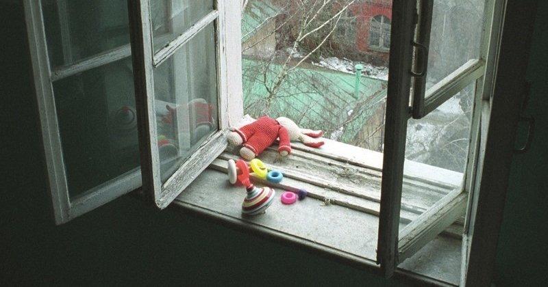 О мерах безопасности в целях предотвращения несчастных случаев, связанных с выпадением детей из окон